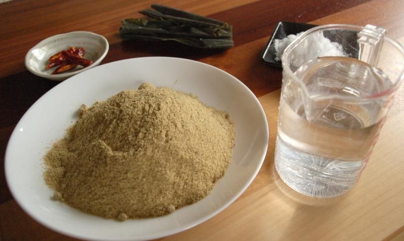 ぬか床の材料――生ぬか、水、塩、昆布、唐辛子